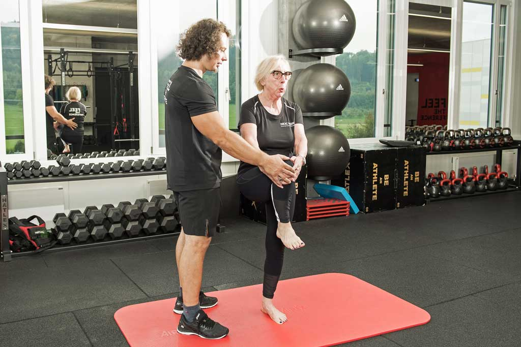 Einbeinstand als Übung für eine gerade Körperhaltung