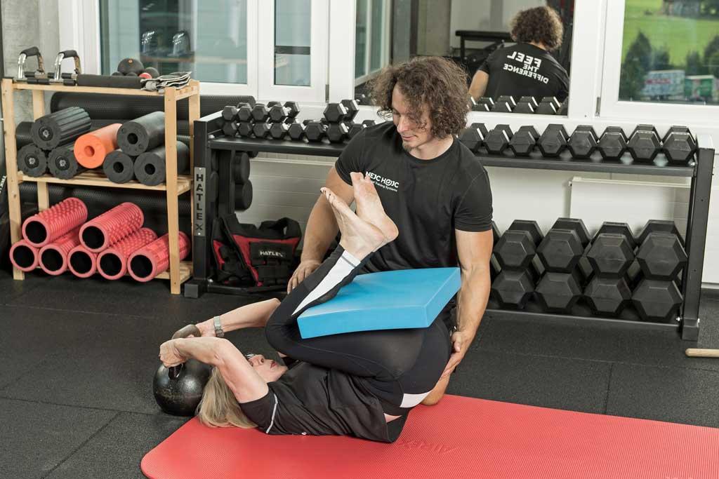 gerade Körperhaltung trainieren mit der 90/90 Position