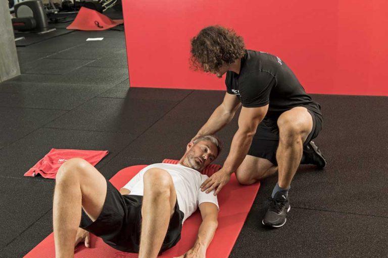Rotationsmobilisation mit der Rolle bei Nackenschmerzen