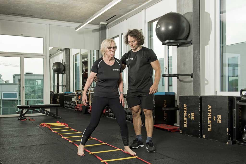 Vorbeugung Osteoporose durch Agility Ladder Birddog als Osteoporose Übung, Nejc Hojc Personal Training Systems